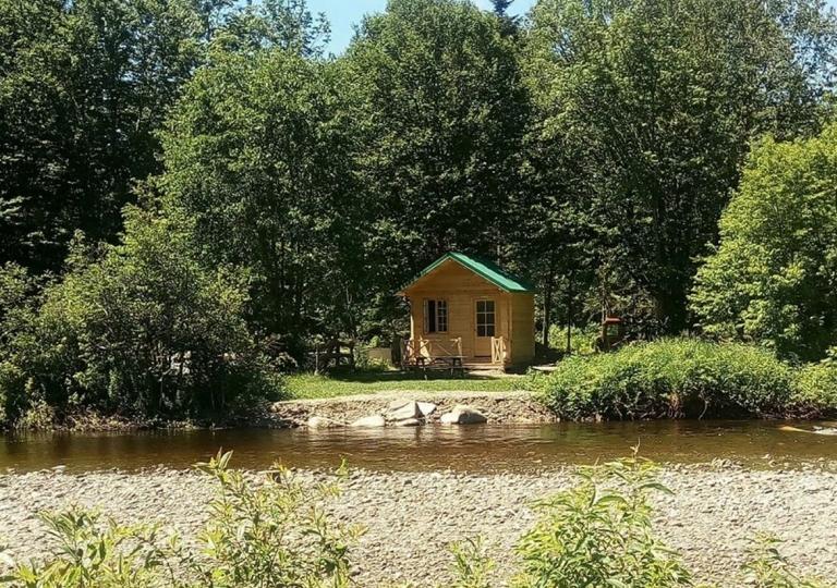 bord-eau-camp-rustique-patrie